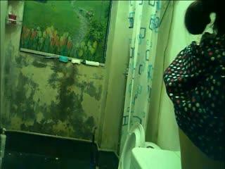 男女混住出租房公共浴室暗藏摄像头偷拍大奶妹洗澡1